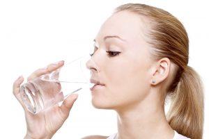 Uống nước giúp giảm môi khô mùa lạnh