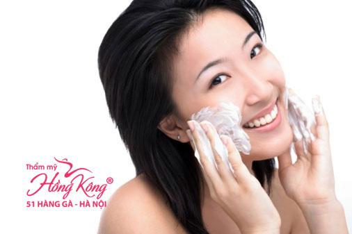 Rửa mặt giúp loại bỏ bụi bẩn, dầu thừa, tế bào chết và lớp trang điểm