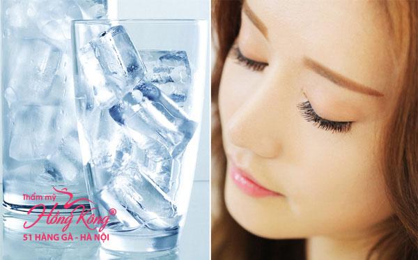 Nước đá giúp kích thích cơ thể đốt cháy nhiều calo hơn để điều hòa lại thân nhiệt ở mức cân bằng
