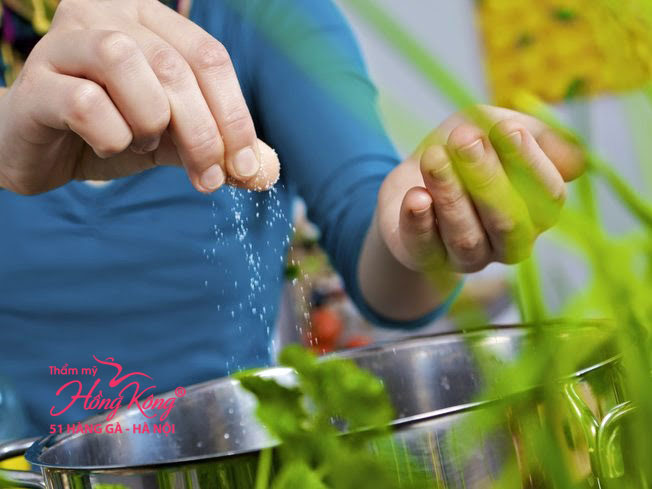 Muối có tác dụng giữ nước nên nếu bạn ăn nhiều muối thì cơ thể sẽ tích trữ nước càng nhiều