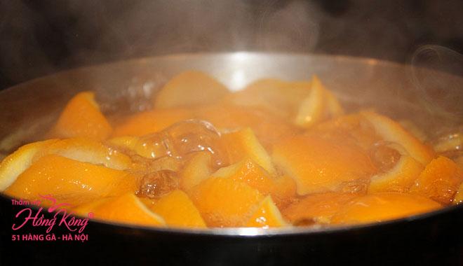 Đun hỗn hợp cam và chanh trong lửa nhỏ