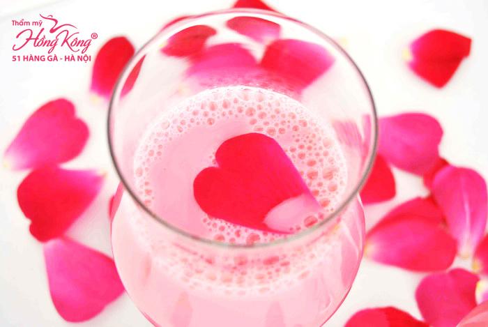 Hỗn hợp hoa hồng đỏ và sữa tươi trị thâm môi hiệu quả