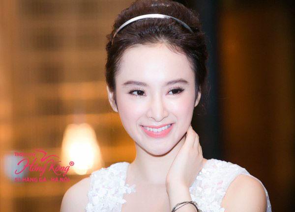 Rõ ràng với khuôn mày đẹp và tự nhiên, nụ cười và khuôn mặt khả ái của Angela Phương Trinh thêm bừng sáng.