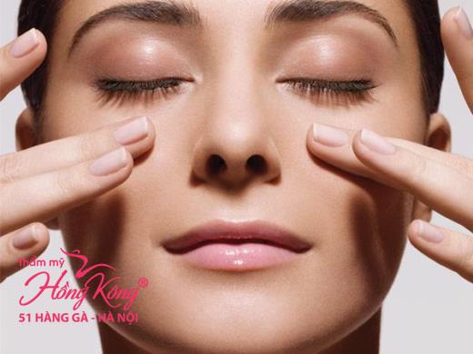 Massage vùng mắt thật nhẹ nhàng để tạo độ đàn hồi tốt nhất cho da