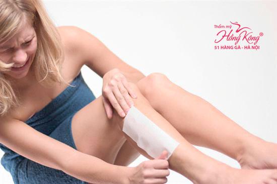 Việc lột miếng vải wax lông chắc chắn sẽ gây đau rát