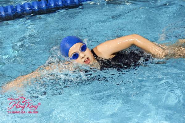 Bơi lội giúp tiêu hao 550 calo/giờ.