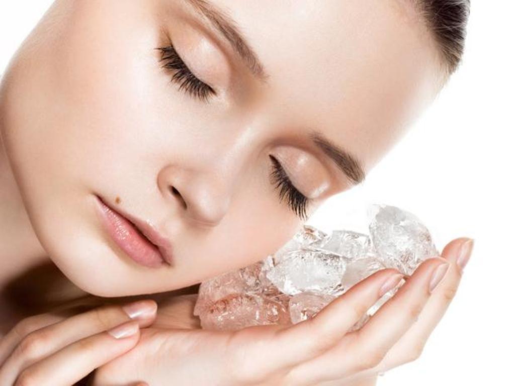 cách trị mụn đơn giản với nước đá