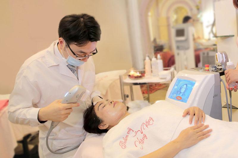 Chuyên gia nước ngoài sử dụng Hifu Ultraformer điều trị cho khách hàng tại Thẩm mỹ Hồng Kông