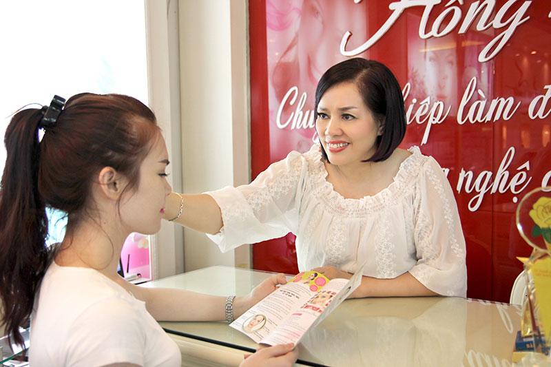 Chuyên gia Phượng Hồng Kông trực tiếp tư vấn và phun thêu cho khách hàng
