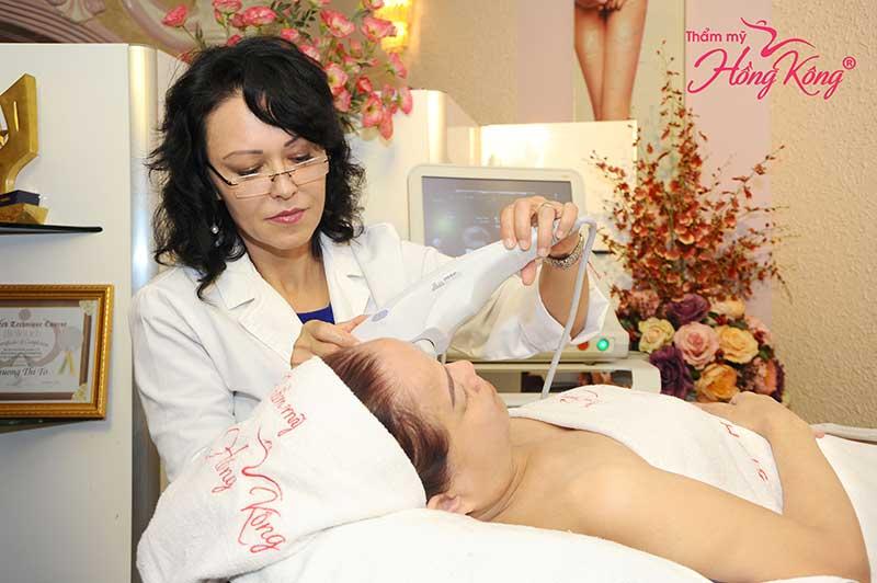 Chuyên gia trực tiếp thực hiện Trẻ hóa da bằng Ultherapy cho khách hàng