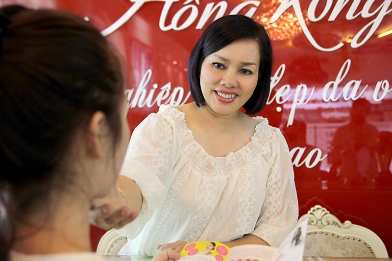 Chuyên gia Phượng Hồng Kông tư vấn dáng lông mày cho khách hàng