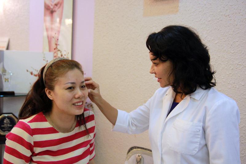Chuyên gia hàng đầu thế giới về Ultherapy -Marla Kragel đang kiểm tra tình trạng da cho khách hàng tại Thẩm mỹ Hồng Kông 51 Hàng Gà