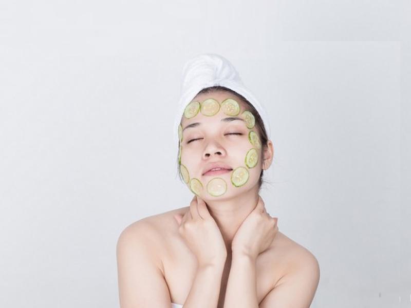 Đắp mặt nạ dưa leo là cách căng da mặt an toàn cho sức khỏe
