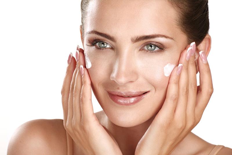 Sử dụng mỹ phẩm chống lão hóa cũng giúp làm chậm lão hóa da