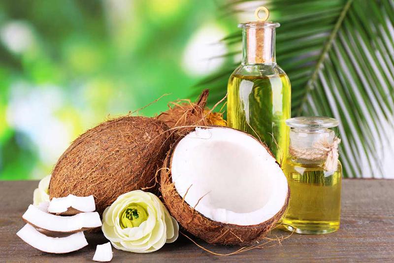 Làm căng da mặt bằng dầu dừa rất dễ thực hiện