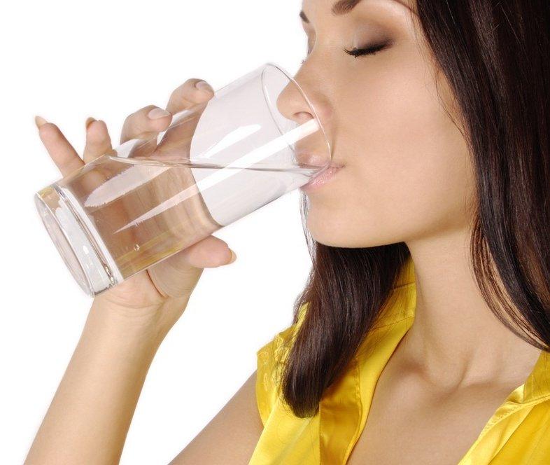 Uống 2 - 2,5 lít nước mỗi ngày để cung cấp đủ độ ẩm cho da