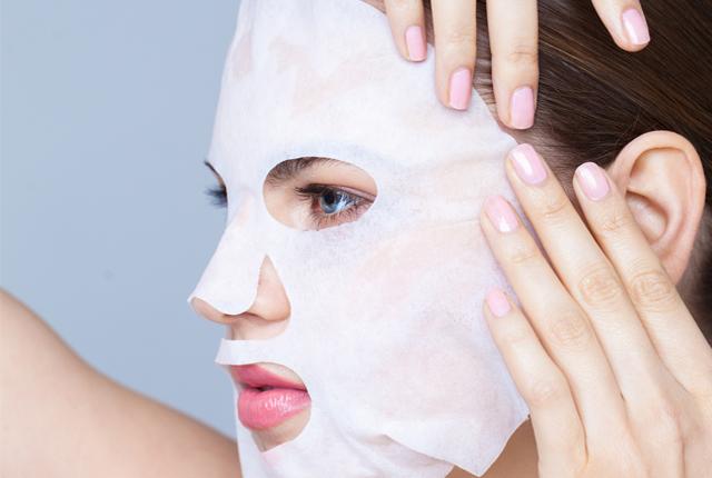 Sử dụng mặt nạ giấy giúp da mềm mịn và sáng hơn