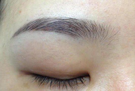 Phun thêu lông mày là kĩ thuật dùng dụng cụ đưa mực vào dưới da để tạo radáng lông mày cân đối, hợp với khuôn mặt