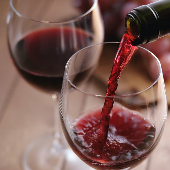 Trái ngược với rượu trắng, rượu vang đỏ sẽ giúp da trẻ lâu hơn