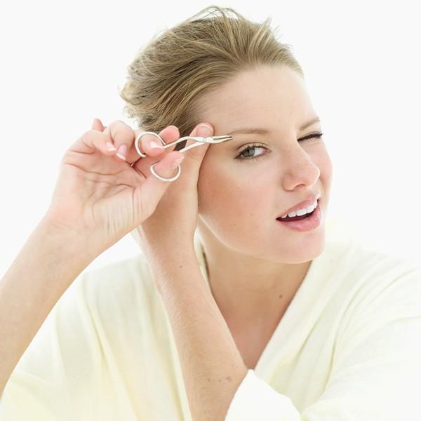 Một trong những cách tạo lông mày đẹp là dùng nhíp tỉa các sợi lông mày thừa
