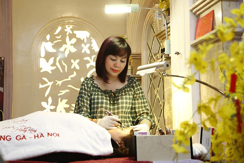 Khách hàng phun thêu tại Thẩm mỹ Hồng Kông 51 Hàng Gà sẽ do chuyên gia Tô thị Phượng trục tiếp thực hiện