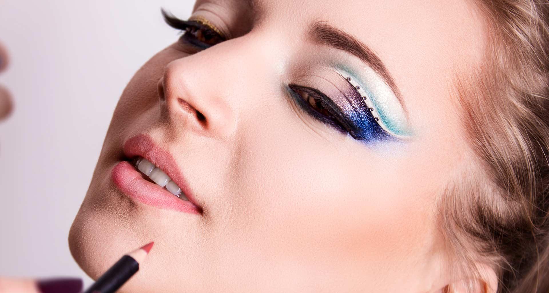 Một trong những cách chăm sóc da bị nám là hạn chế trang điểm