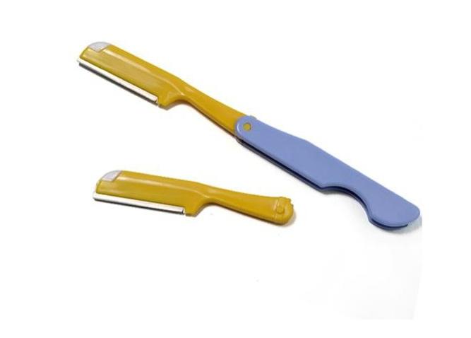 Sử dụng dao cạo lông sẽ khiến da bị đau rát, ửng đỏ