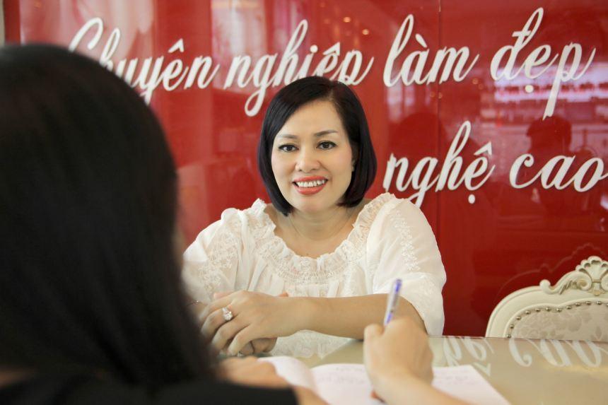 Giám đốc Tô Thị Phượng trực tiếp tư vấn và thực hiện phun môi cho khách hàng