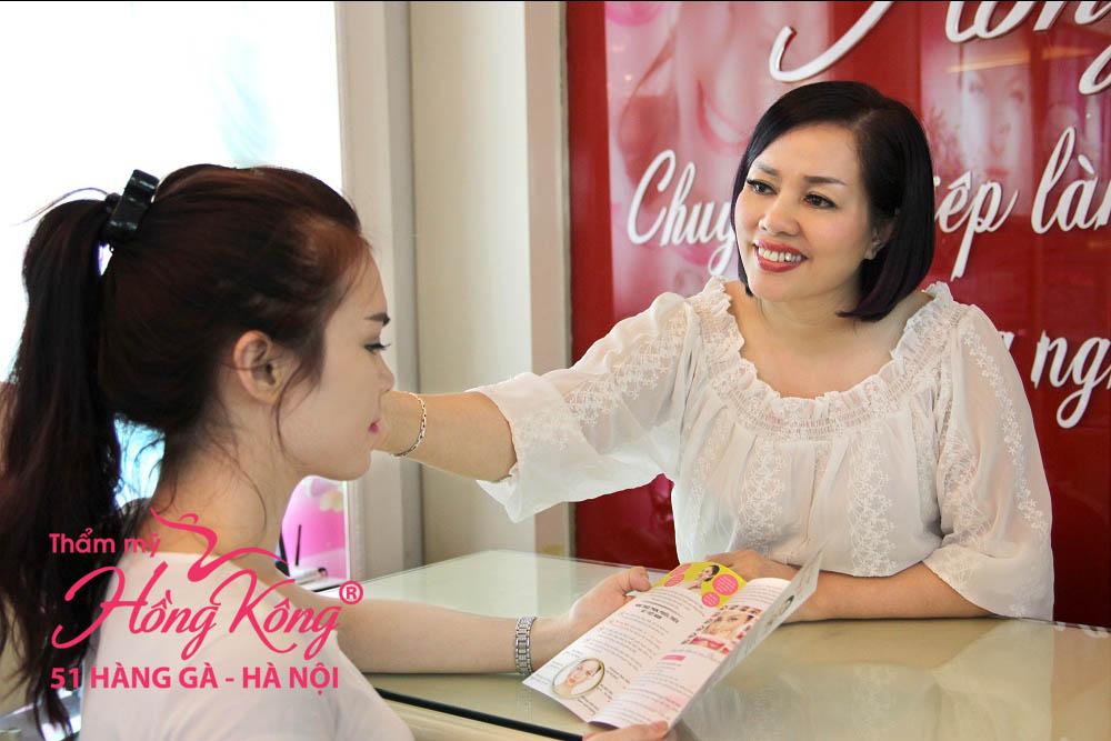 Chuyên gia Phượng Hồng Kông tư vấn cho khách hàng trước khi làm đẹp