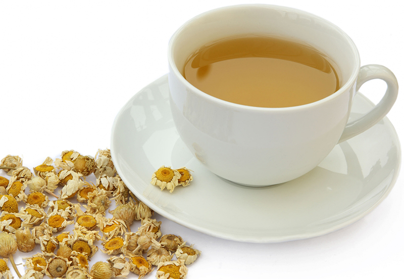Các chị em có thể dùng trà hoa cúc để trị lông chân
