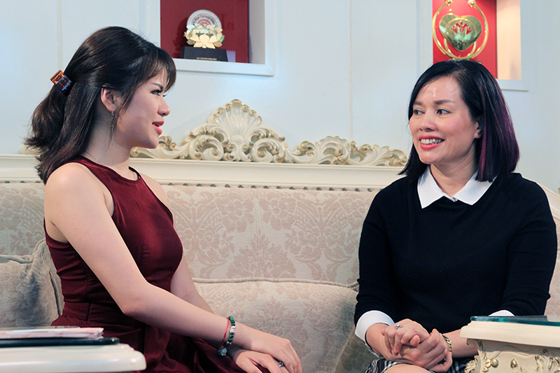 Giám đốc Thẩm mỹ Hồng Kông, bà Tô Thị Phượng đang tư vấn cho khách hàng