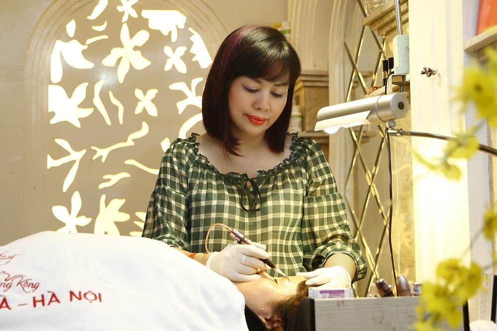 Chuyên gia Tô Thị Phượng - Giám đốc Thẩm mỹ Hồng Kông trực tiếp phun thêu lông mày cho khách hàng