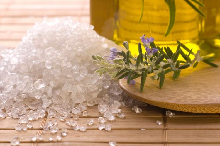 Trẻ hóa làn da với dầu oliu và muối biển