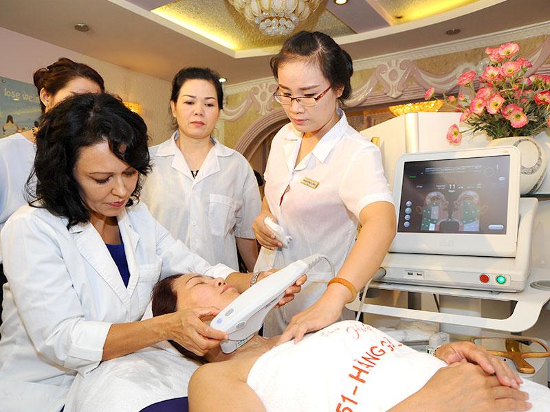 Khách hàng thực hiện căng da cổ bằng công nghệ Ultherapy