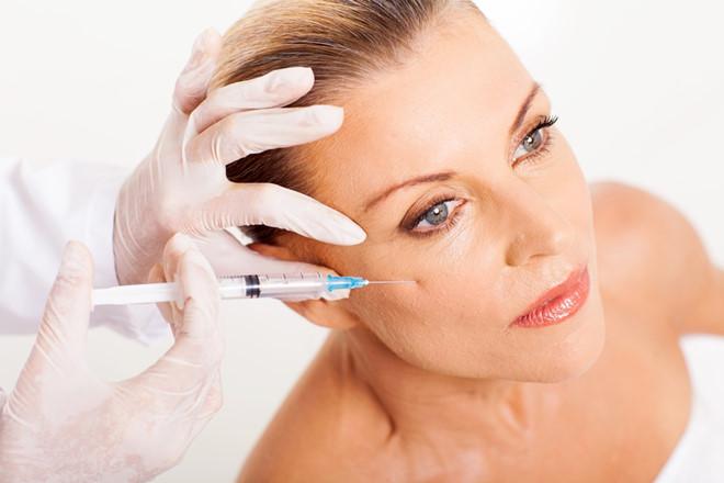 Rất nhiều trường hợp căng da bằng botox đã dẫn đến tình trạng đơ cứng khuôn mặt