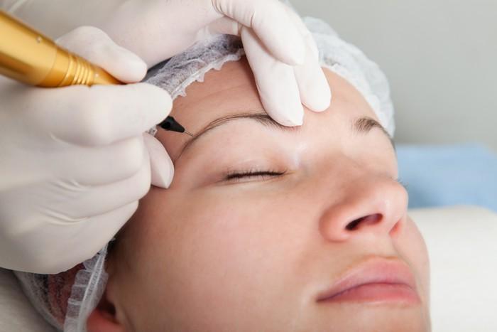 Sau khi lông mày hình thành lớp vảy nhằm bảo vệ da thì nó sẽ tự động bong