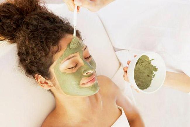 Mặt nạ trị mụn và chăm sóc da rất tuyệt vời từ đất sét và trà xanh