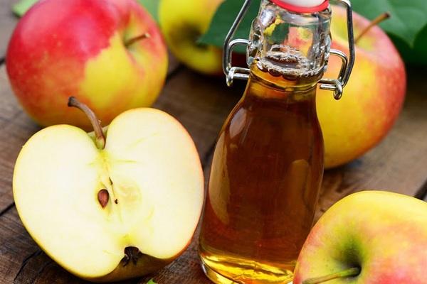 Với khả năng cân bằng độ PH tự nhiên, giấm táo giúp loại bỏ các loại mụn trứng cá