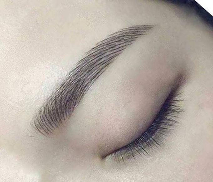 Từng sợi lông mày được khắc tỉ mỉ, theo đường nét của sợi lông mày thật