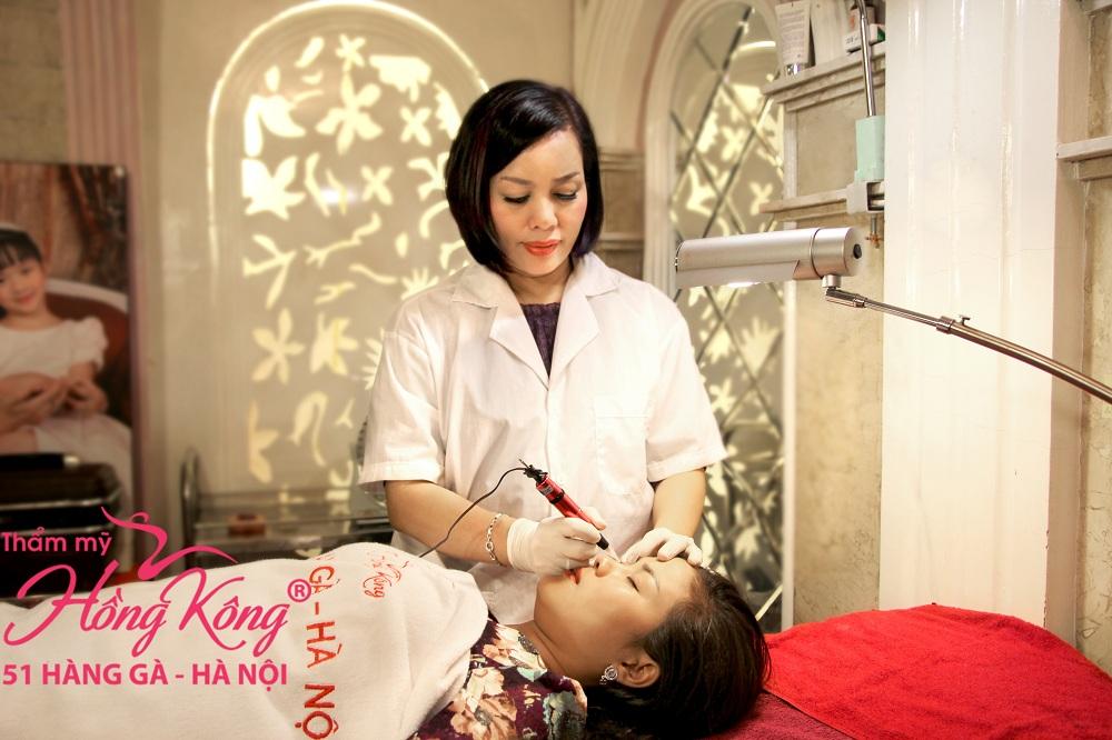 Tất cả khách hàng khi đến phun mí mắt đều được chuyên gia Phượng Hồng Kông trực tiếp thực hiện