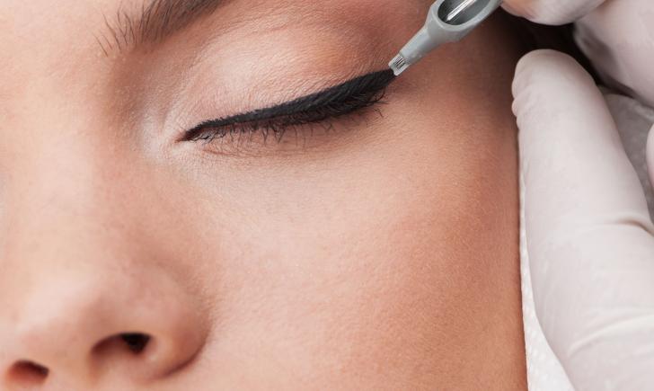 Phun xăm mí mắt Hàn Quốc sử dụng dụng cụ phun xăm chuyên dụng có gắn mũi kim siêu nhỏ
