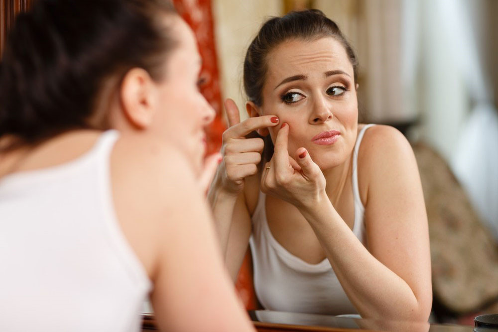 Nặn mụn là phương pháp được nhiều chị em sử dụng nhưng lại tiềm ẩn rất nhiều nguy hiểm