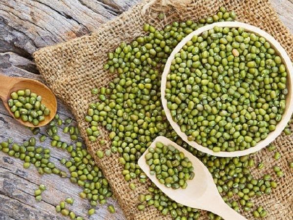 Theo Đông y, đậu xanh có tính hàn, giải độc, tiêu viêm nên có tác dụng trị mụn hiệu quả