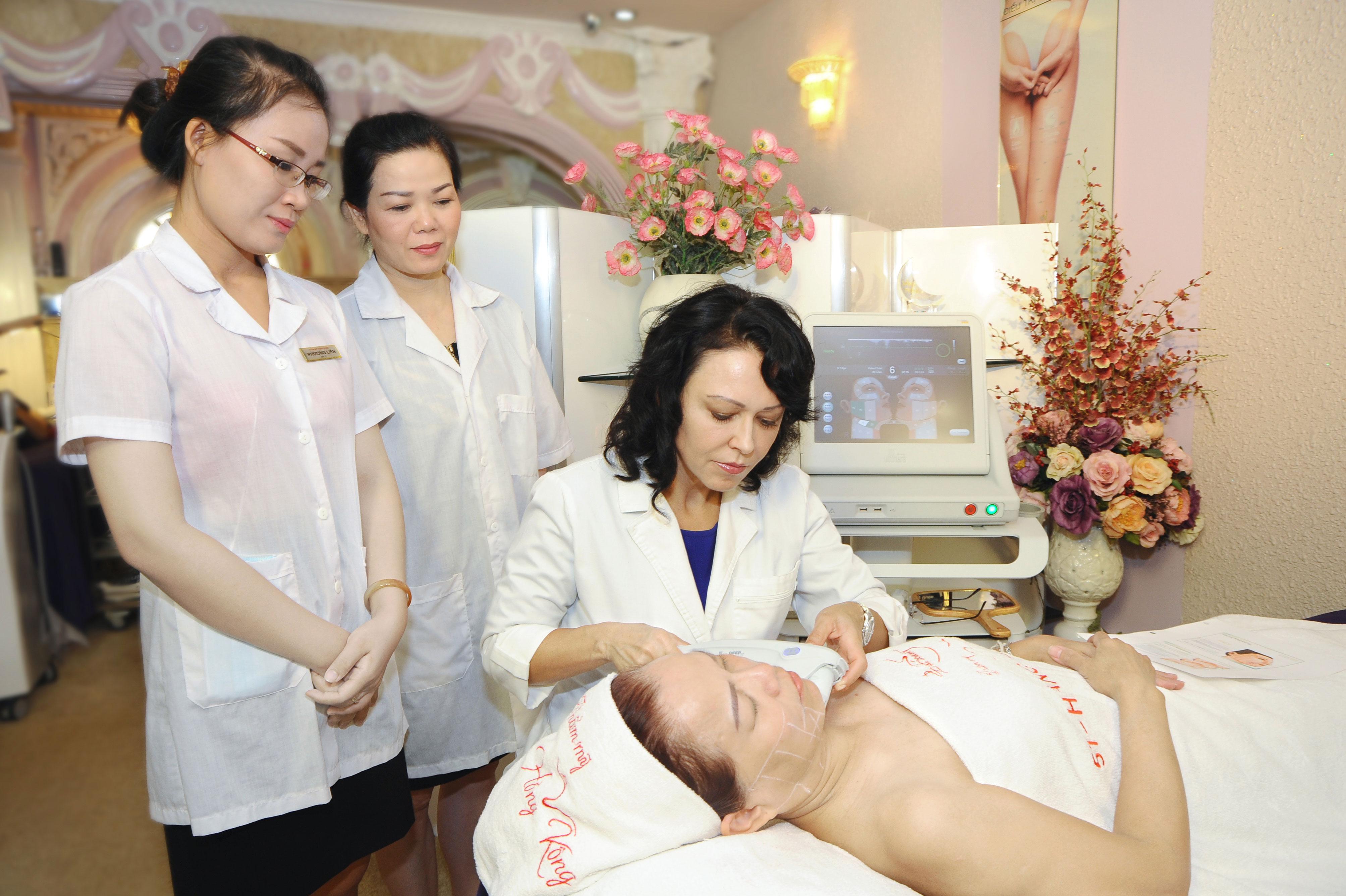 Khách hàng thực hiện căng da mặt bằng công nghệ Ultherapy tại Thẩm mỹ Hồng Kông