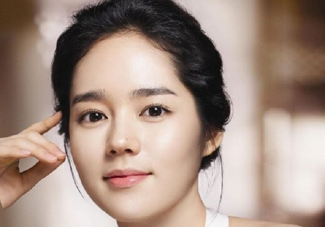 Chân mày ngang Hàn Quốc mang lại vẻ đẹp tự nhiên, nữ tính, dịu dàng, ngọt ngào cho bạn gái.