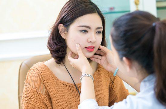 Trị mụn tại Thẩm mỹ Hồng Kông, bạn sẽ được chuyên gia giỏi chuyên môn, giàu kinh nghiệm trực tiếp thăm khám và điều trị