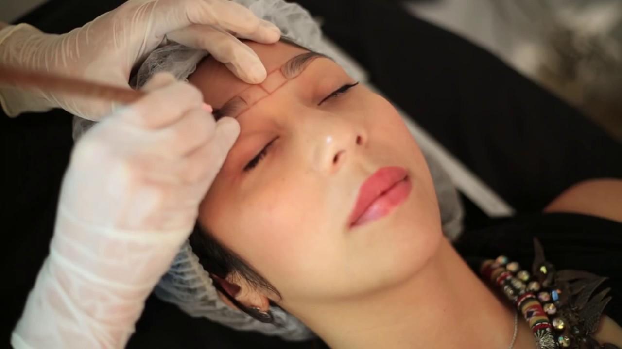 Khi thực hiện điêu khắc chân mày, các chuyên gia thẩm mỹ sẽ dùng công nghệ chuyên biệt có mũi kim siêu nhỏ để đưa mực xăm vào da