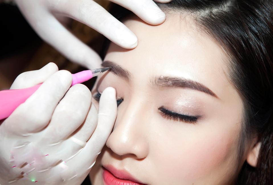 Đầu kim phun xăm sẽ tạo những đường nét tinh vi theo dạng sợi lông mày xuôi về phía cuối đuôi mắt, tạo nên những sợi lông mày mềm mịn, tự nhiên như thật.