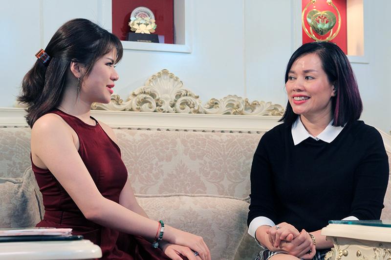 Chuyên gia Phượng Hồng Kông (áo đen) tư vấn cho khách hàng