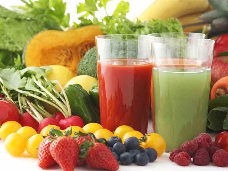 Nên uống nhiều nước, hoa quả và rau xanh